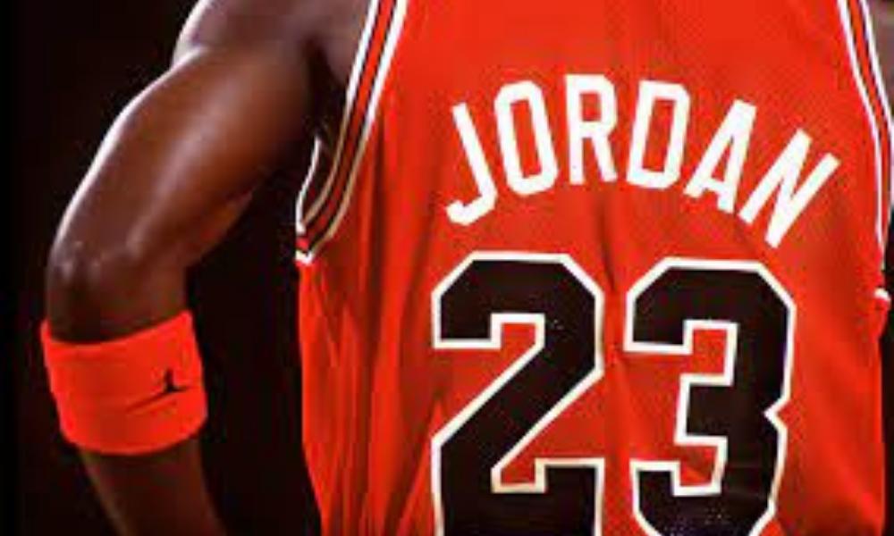 Michail Jordan di schiena con il numero 23